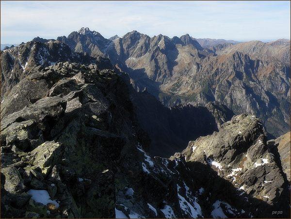 Pohled z Malého Javorového štítu k západu. Na horizontu Koruna Vysokej, Rysy a Mengusovské štíty