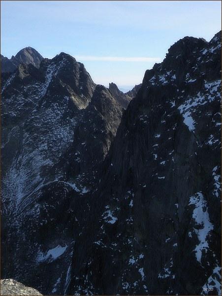 Pohled z Malého Javorového štítu k Javorovému sedlu. Vpravo Javorový štít, uprostřed Ostrý štít, vlevo Široká veža, za ní Lomnický štít