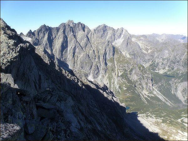 Nad Kačacou dolinou. Uprostřed Koruna Vysokej a Rysy