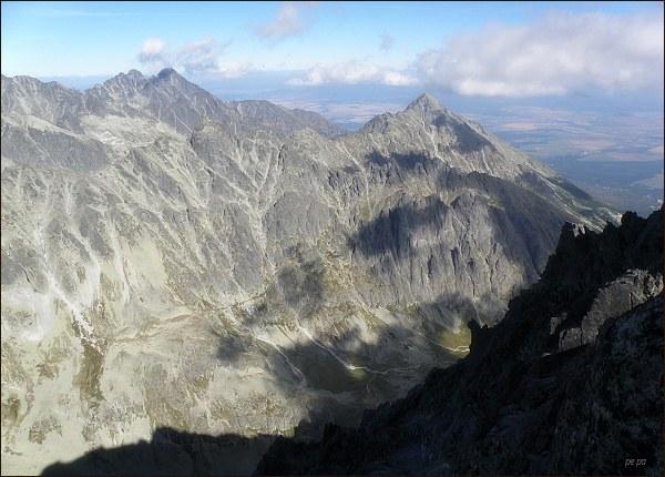 Velická dolina a Slavkovský štít z Gerlachovského štítu. Vlevo Lomnický štít a Pyšné štíty