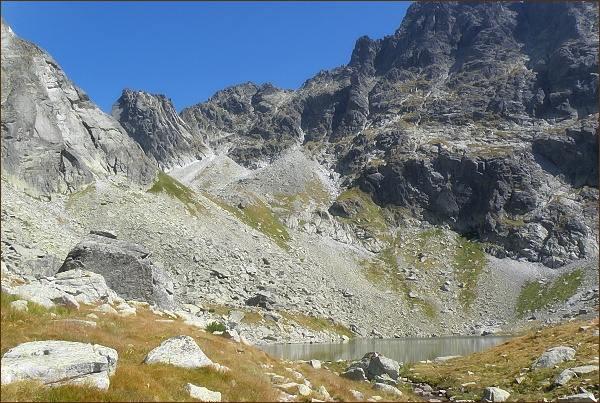 Popradský Ľadový štít (uprostřed) nad Dolinou Zlomísk