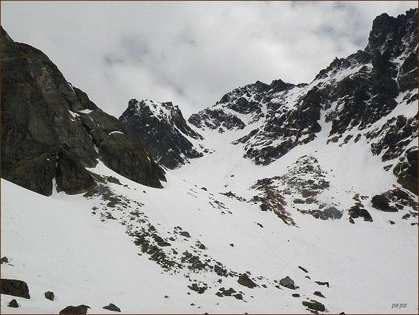 Popradský Ľadový štít nad Dolinou Zlomísk. Vlevo od něj Zlomisková štrbina a Východný Železný štít