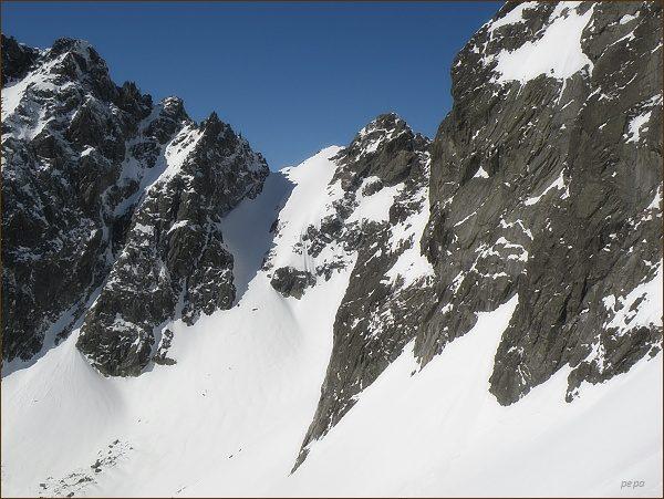 Popradský Ľadový štít (uprostřed) nad Batizovskou dolinou. Vlevo od něj Sedlo pod Drúkom a Drúk