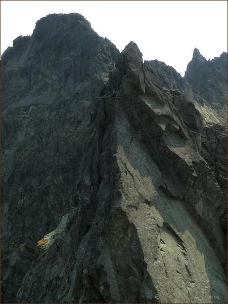 Popradský Ľadový štít z Hrubej Snežnej kopy. V popředí Východný Železný štít