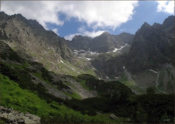 Závěr Kačacej doliny. Nejdále zleva Batizovský štít, Kačací štít a Popradský Ľadový štít