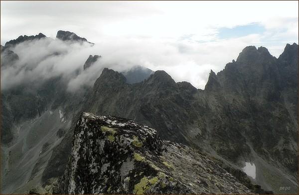 Popradský Ľadový štít (uprostřed) z Prostrednej Snežnej kopy. Vpravo Sedlo pod Drúkom a Drúk, vlevo Kačací štít