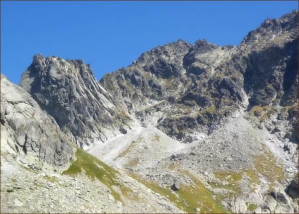 Popradský Ľadový štít nad Dolinou Zlomísk. Vlevo Východný Železný štít