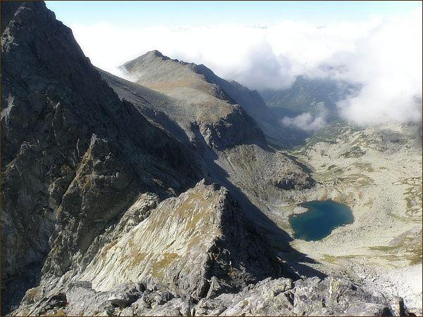 Dolina Zlomísk a Ľadové pleso z Popradského Ľadového štítu. V popředí Sedlo pod Drúkom. V pozadí Lúčne sedlo a Tupá