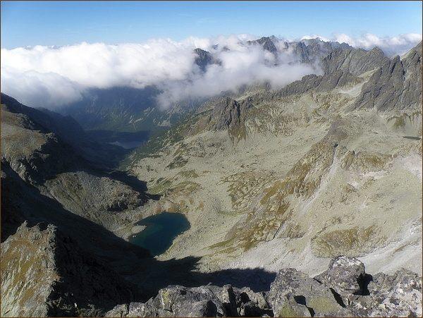Dolina Zlomísk a Ľadové pleso z Popradského Ľadového štítu. Níže Popradské pleso