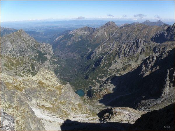 Kačacia (Kačacie plesá) a Bielovodská dolina z Popradského Ľadového štítu. Vpravo na horizontu Belianske Tatry, před nimi hřeben Širokej. Vlevo Mlynár