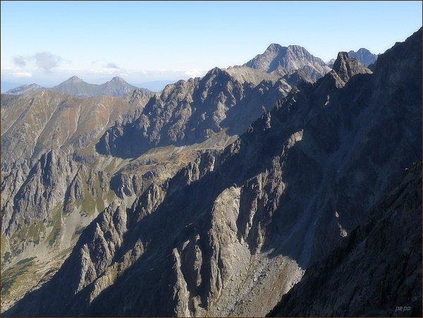 Pohled z Popradského Ľadového štítu k severozápadu. V popředí vpravo Litvorový štít, uprostřed Svišťový štít. Na horizontu Ľadové štíty, vpravo Pyšné štíty