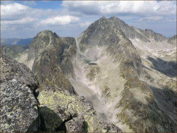 Dolinka pod Sedielkom z Prostredného hrotu. Zprava Ľadové sedlo, Snehový štít, Ľadové štíty, Sedielko a Široká veža
