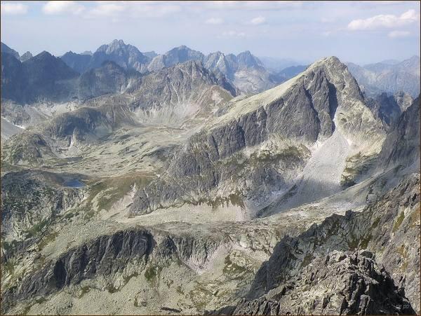 Veľká Studená dolina z Prostredného hrotu. Vpravo Javorový štít, vlevo od něj Svišťový štít. V popředí vlevo Strelecká veža. Na zadním horizontu Koruna Vysokej, Rysy a Mengusovské štíty