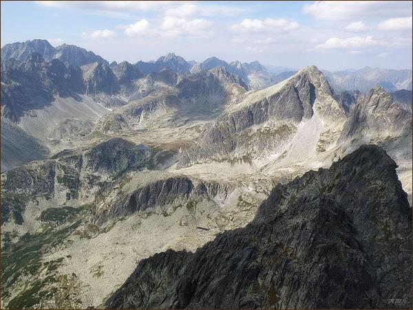 Veľká Studená dolina z Prostredného hrotu. Zprava Ostrý štít, Javorový štít, Svišťový štít. Na horizontu vlevo Gerlachovský štít a Zadný Gerlach
