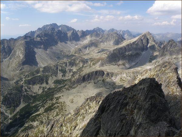 Veľká Studená dolina z Prostredného hrotu. Na horizontu vlevo Gerlachovský štít a Zadný Gerlach, dále Koruna Vysokej a Rysy