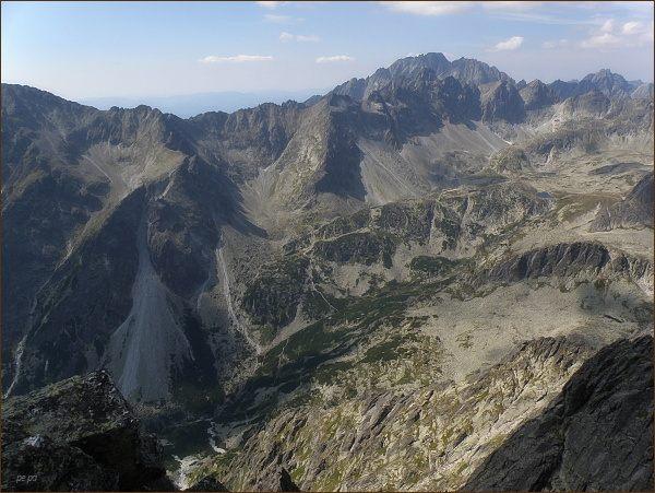Pohled z Prostredného hrotu k západu. Na horizontu Gerlachovský štít a Zadný Gerlach, před ním Bradavica