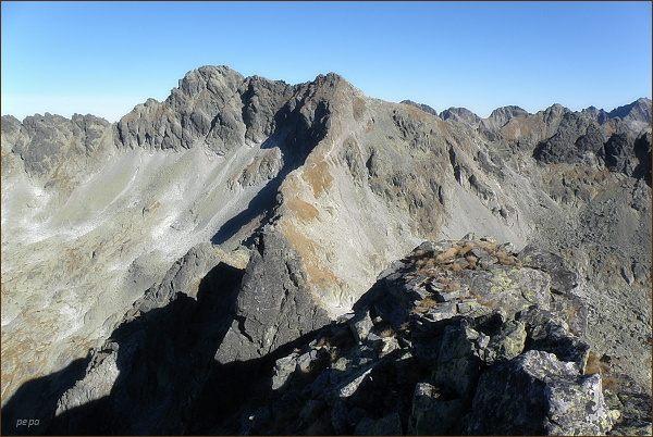 Hrubý vrch (vlevo) z Ostrej