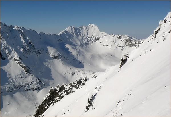 Hrubý vrch (uprostřed vpravo) a Furkotský štít zpod Sedla nad Červeným žlabom