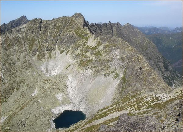 Hrubý vrch (uprostřed) ze Štrbského štítu. Vlevo Kriváň