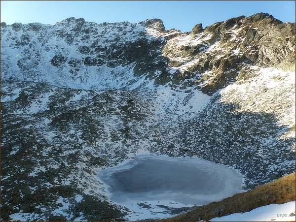 Hrubý vrch (uprostřed) nad Mlynickou dolinou. Dole Okrúhle pleso