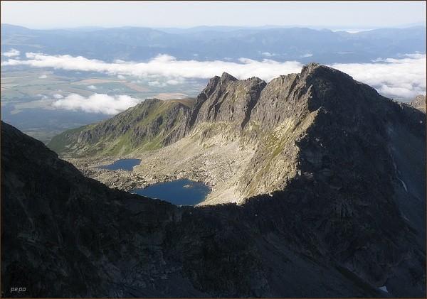 Furkotské sedlo a Ostrá z Hrubého vrchu. Níže Furkotská dolina a Wahlenbergove plesá