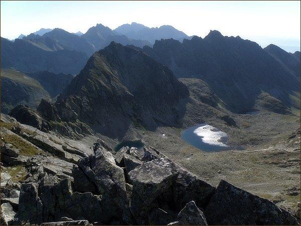 Pohled z Hrubého vrchu k východu. V popředí Štrbský štít, vpravo Hrebeň Bášt s nejvyšším Satanom