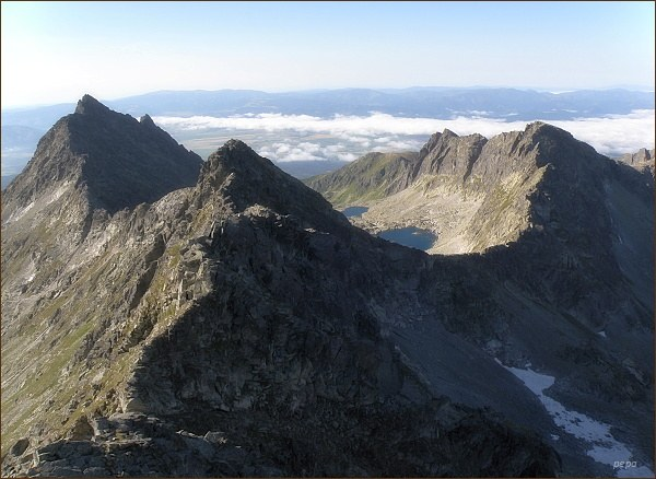 Pohled z Hrubého vrchu k jihu. V popředí Furkotský štít, vlevo Veľké Solisko, vpravo Ostrá
