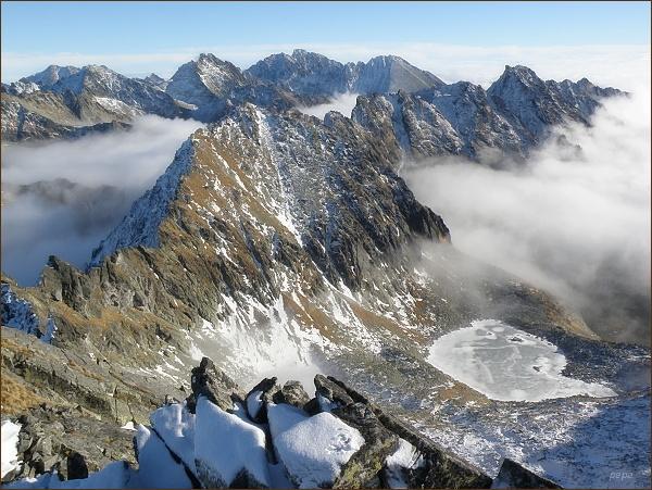Pohled z Hrubého vrchu k východu. V popředí Štrbský štít, na horizontu uprostřed Koruna Vysokej, Gerlachovský štít a Končistá