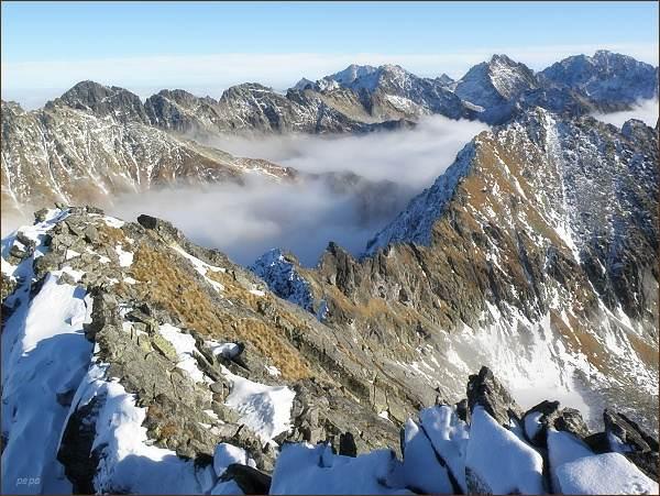 Pohled z Hrubého vrchu k severovýchodu. Vlevo Mengusovské štíty, před nimi Kôprovský štít. Na zadním horizontu uprostřed Ľadové štíty, vpravo Koruna Vysokej a Gerlachovský štít