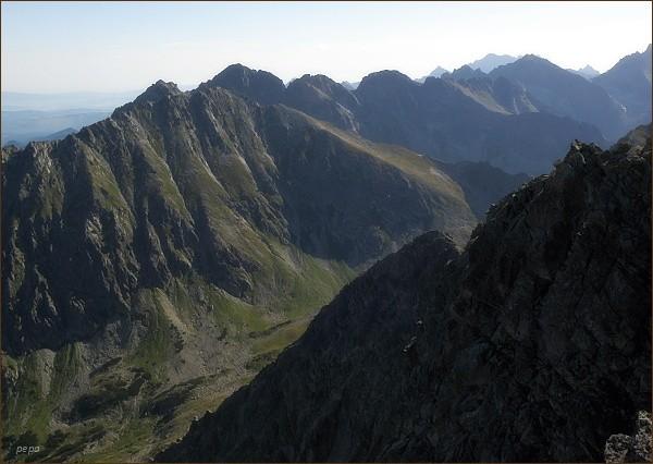 Závěr Hlinskej doliny z Hrubého vrchu. Vlevo Kôprovský štít