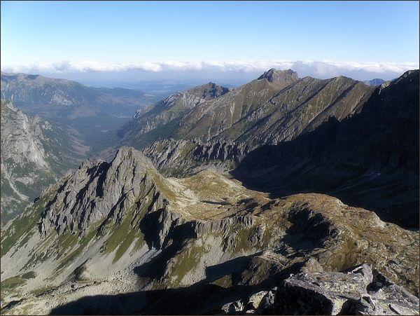 Bielovodská dolina z Velického štítu. Uprostřed Hrubá veža, vpravo Široká