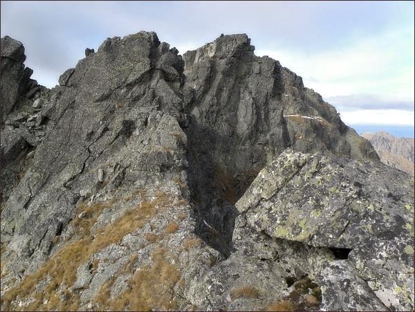 Hincova veža (uprostřed) od Vyšnej Hincovej priehyby. Vlevo Hincova vežička
