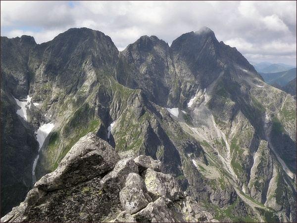 Hincova veža (vlevo) z Veľkého Žabieho štítu. Uprostřed Mengusovské štíty