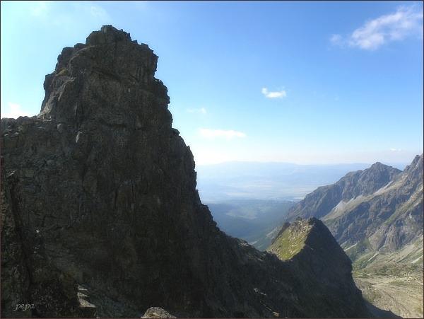 Hincova veža od Východného Mengusovského štítu. Níže Volovec mengusovský