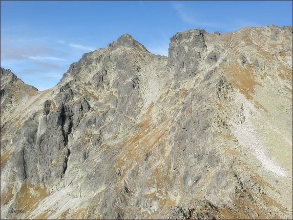 Hincova veža (vpravo) od Volovcového sedla. Vlevo Východný Mengusovský štít