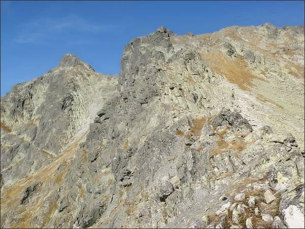 Hincova veža (uprostřed) od Volovcového sedla. Vlevo Východný Mengusovský štít