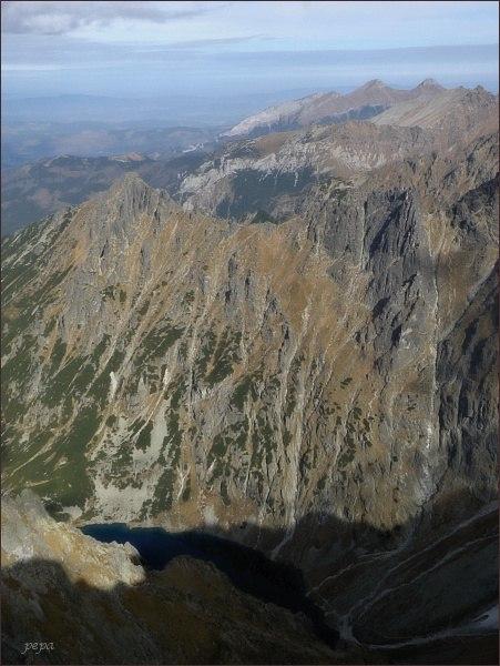 Pohled z Hincovej veže k severovýchodu. Nad Czarnym Stawom vlevo Malý Žabí štít, vpravo Žabí Mních. Na zadním horizontu Belianske Tatry