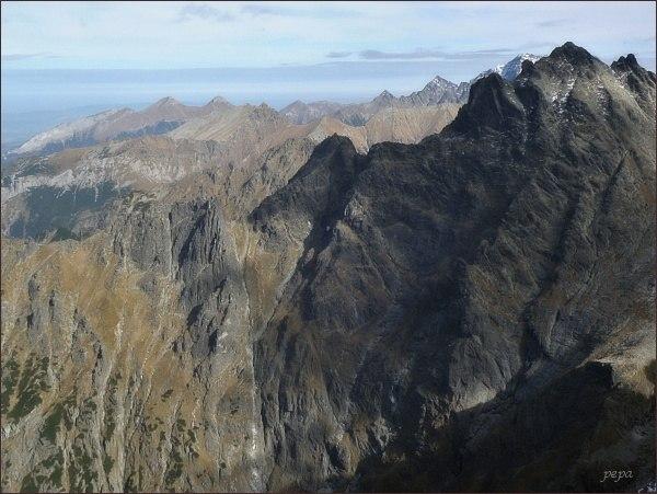 Pohled z Hincovej veže k severovýchodu. Na prvním horizontu zleva Žabí Mních, Vyšné Bielovodské sedlo, Veľký Žabí štít, Spádová kopa a Malé Rysy. Vzadu Belianske Tatry