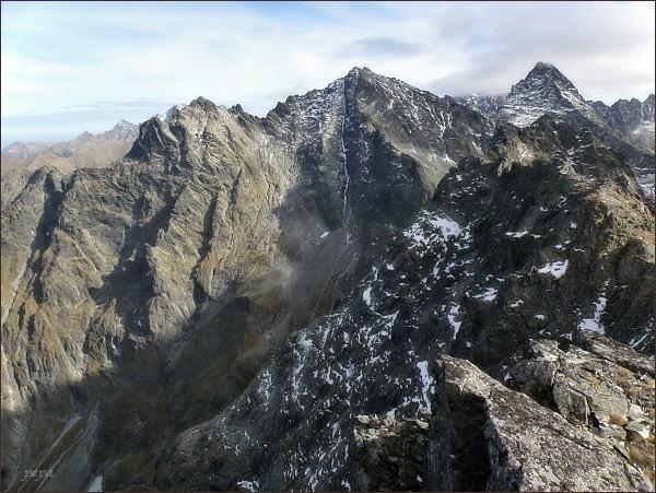 Pohled z Hincovej veže k východu. V popředí Volí chrbát. Zleva Veľký Žabí štít, Spádová kopa, Malé Rysy, Rysy, Vysoká