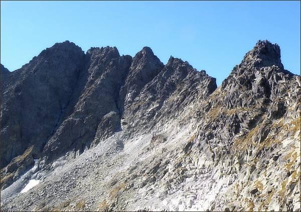 Litvorový štít (vpravo, severovýchodní hřeben). Vlevo masív Zadného Gerlachu