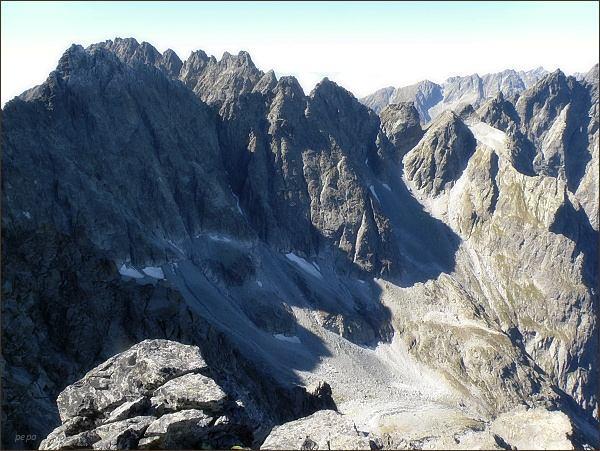 Pohled z Litvorového štítu do závěru Kačacej doliny.  Vlevo Batizovský štít, za ním Končistá. Uprostřed Popradský Ľadový štít a Východný Železný štít. Vpravo Snežné kopy, Západný Železný štít a Zlobivá