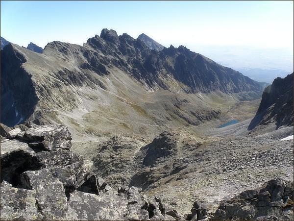 Velická dolina z Litvorového štítu. Uprostřed Bradavica, v pozadí Slavkovský štít