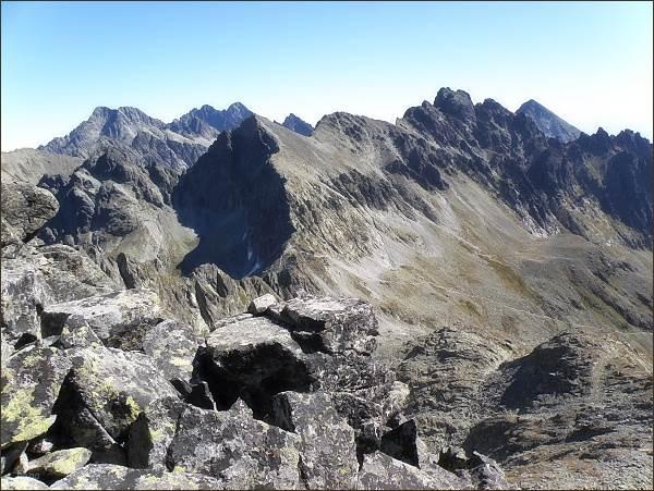 Závěr Velickej doliny z Litvorového štítu. Uprostřed Východná Vysoká a Kupoľa, vpravo Bradavica, za ní Slavkovský štít