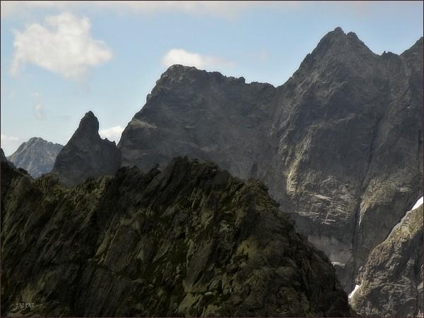 Volia veža (vpravo) nad Wyżnim Czarnostawiańskim Kotłem. Vlevo od ní Žabia veža a Žabí kôň