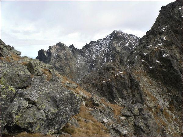 Východná Volia štrbina. V pozadí Rysy, Malé Rysy a Spádová kopa