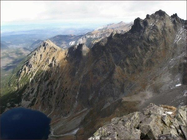 Malé Rysy (vpravo), dále vlevo Spádová kopa, Veľký Žabí štít, Žabí Mních, Malý Žabí štít a Žabia kopa z Volej veže