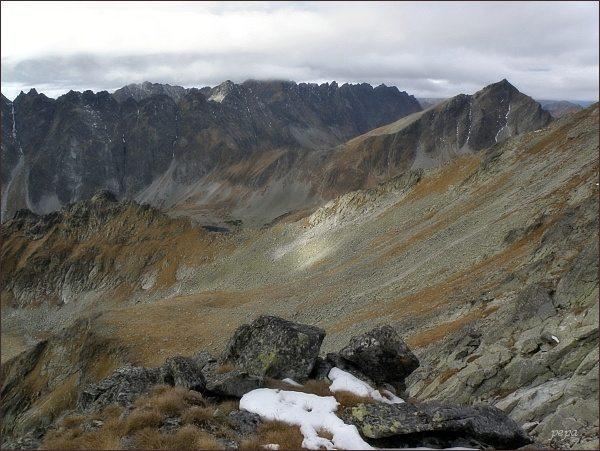 Volia kotlinka z Volej veže. V popředí Volovec mengusovský (vlevo). Vpravo Kôprovský štít. Na zadním horizontu Hrebeň Bášt a Hrubô