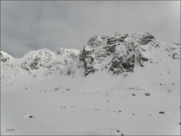 Volovec mengusovský nad Hincovou kotlinou. Vlevo Hincova veža, Východný Mengusovský štít a Mengusovské sedlo