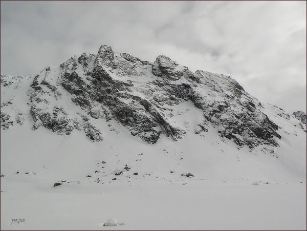 Volovec mengusovský nad Hincovou kotlinou. Vlevo severní vrchol, vpravo jižní