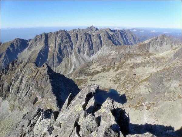 Z pohledů bočních, vzdálenějších, se Volovec mengusovský jeví jako nevýrazný vrchol. Pohled z Ťažkého štítu. (Volovec mengusovský uprostřed vpravo, pod výrazným Kôprovským sedlom)